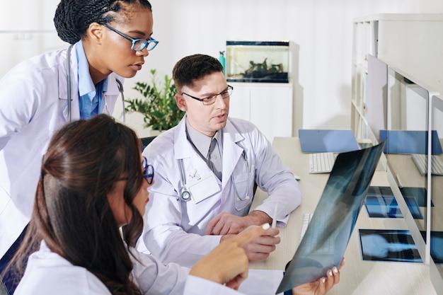 Medici che discutono di raggi x dei polmoni Foto Premium