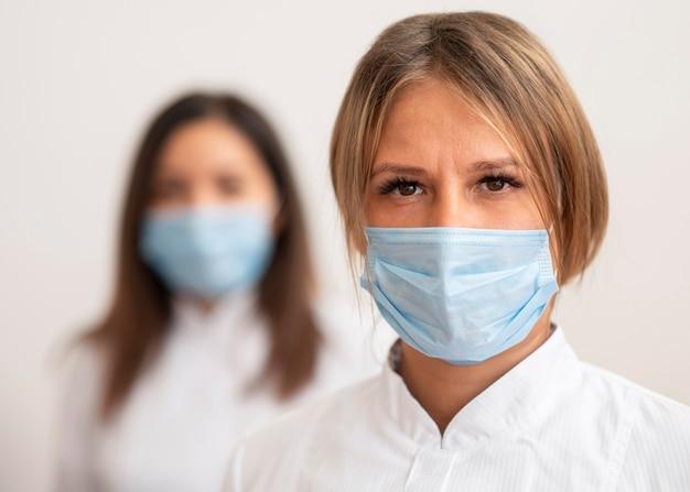 Medici che indossano una maschera facciale Foto Premium