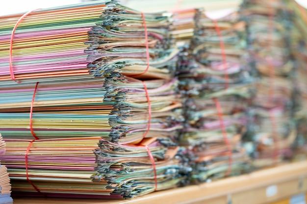 Documenti posti sulla scrivania dell'ufficio per il riciclaggio. Foto Premium