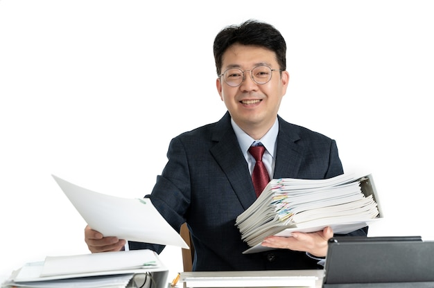 Documenti o rapporti impilati con uomo d'affari maschio di mezza età asiatico. Foto Premium