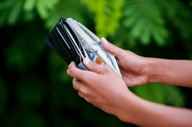 Immagini della mano e della borsa del dollaro concetto di finanza aziendale Foto Premium