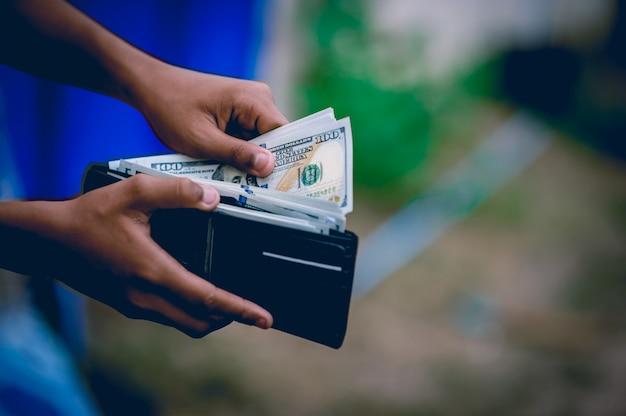 Mano e borsa del dollaro Foto Premium