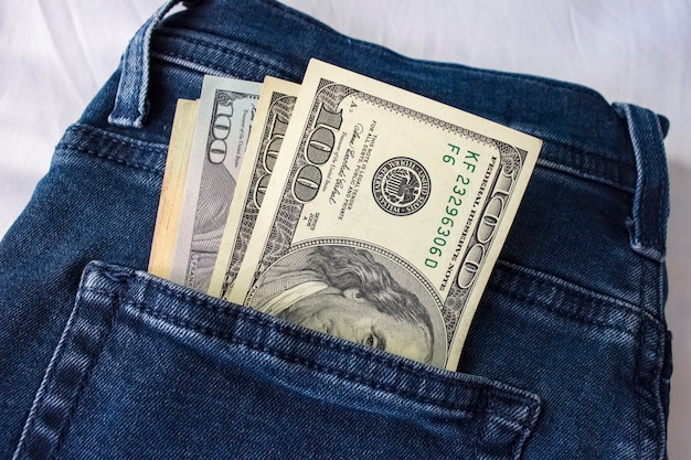 Fattura di dollari nella tasca posteriore dei jeans Foto Premium