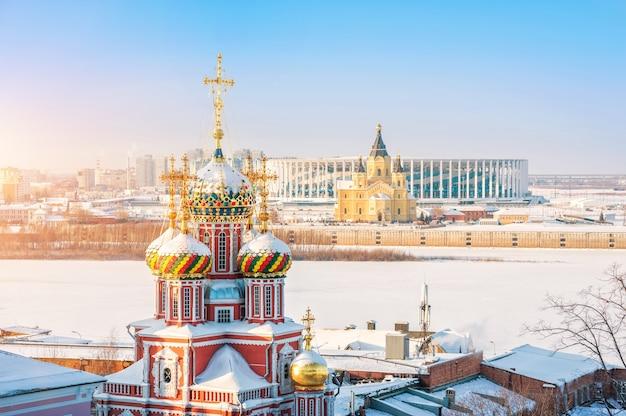 Cupole della chiesa della natività a nizhny novgorod e cattedrale alexander nevsky nei raggi del tramonto Foto Premium