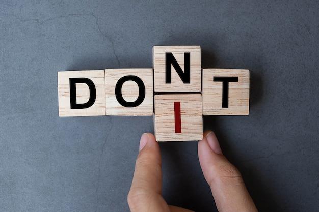 Don to farlo parola sullo sfondo del tavolo. Foto Premium