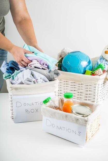 Scatola di donazione con vestiti, giocattoli e cibo Foto Premium