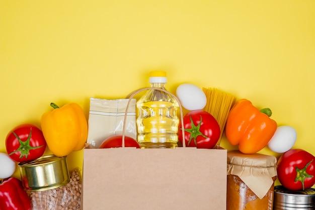 Scatola di donazione con vari cibi intelligenti. busta di carta. donazioni o concetto di servizio di consegna di cibo. Foto Premium