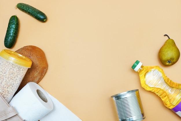 Donazione di vari alimenti. olio, cibo in scatola, pane, carta igienica. copyspace Foto Premium