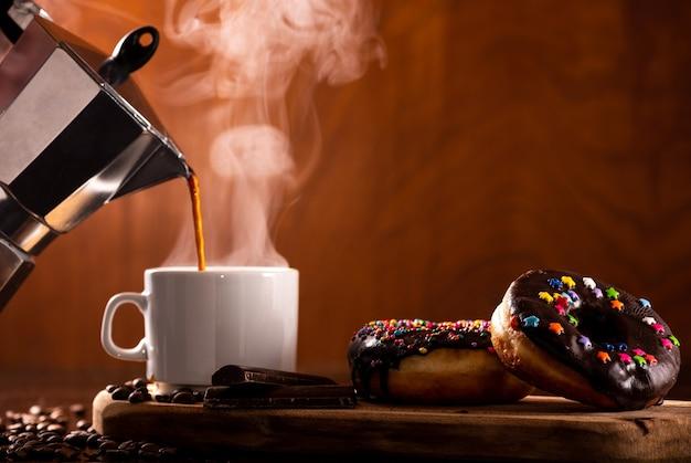 Ciambelle servite con un po 'di caffè Foto Premium