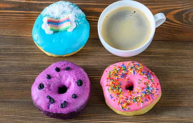 Ciambelle con una tazza di caffè Foto Premium