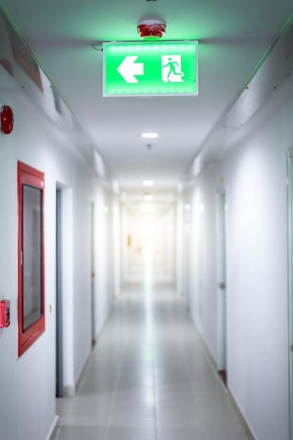 Stanze della porta con il segno verde chiaro dell'uscita di sicurezza Foto Premium