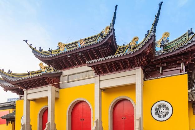 Porte e finestre degli edifici del tempio Foto Premium