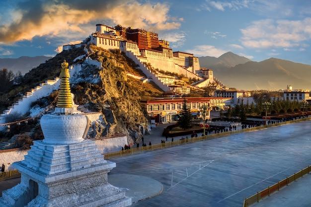 Drammatica scena di alba del mattino del palazzo del potala a lhasa in tibet Foto Premium