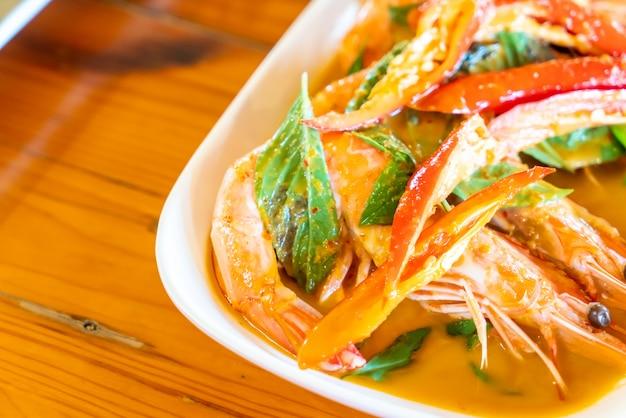 Curry rosso fritto con gamberi Foto Premium