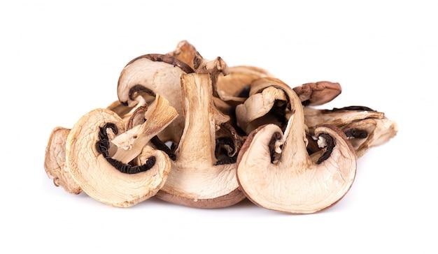 Funghi affettati secchi isolati Foto Premium