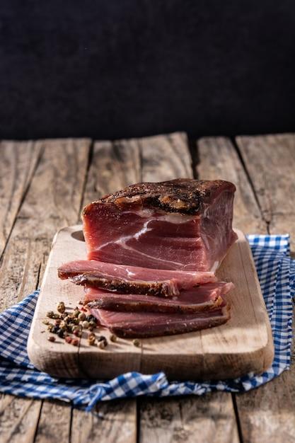 Carne secca e affumicata sulla tavola di legno Foto Premium