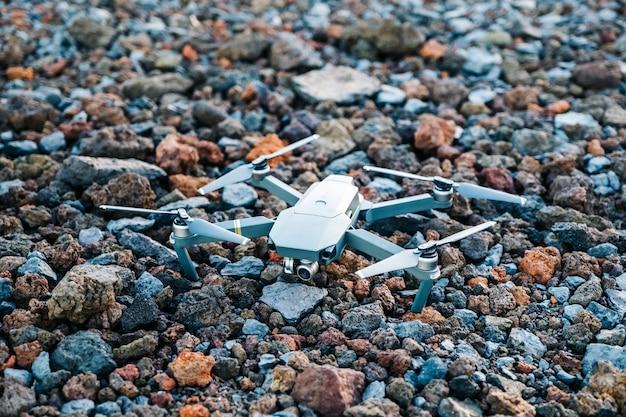 Un drone su un pavimento di pietra vulcanica di diversi colori Foto Premium