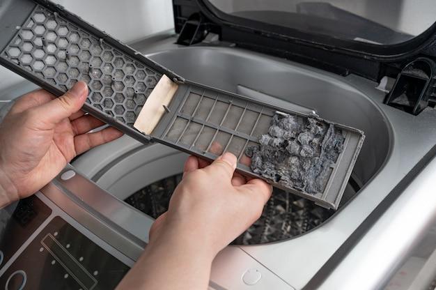Polvere e sporco intrappolati dal filtro della lavatrice. Foto Premium