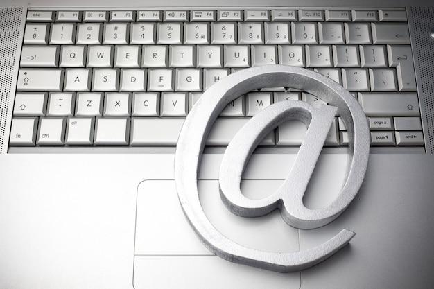 Simbolo di posta elettronica sulla tastiera vista dall'alto Foto Premium