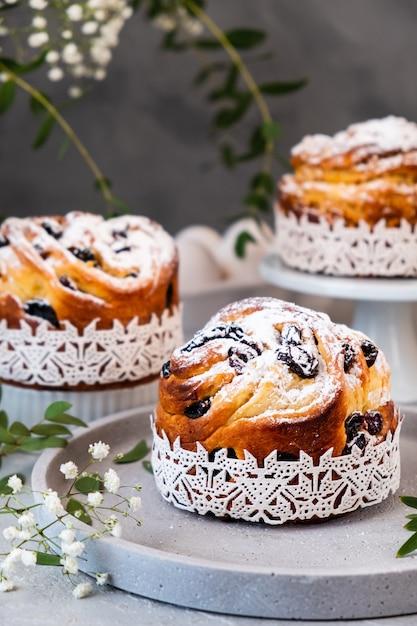 Torta di pasqua kraffin. craffini con uvetta, canditi e spolverati di zucchero a velo. close-up di torta fatta in casa Foto Premium