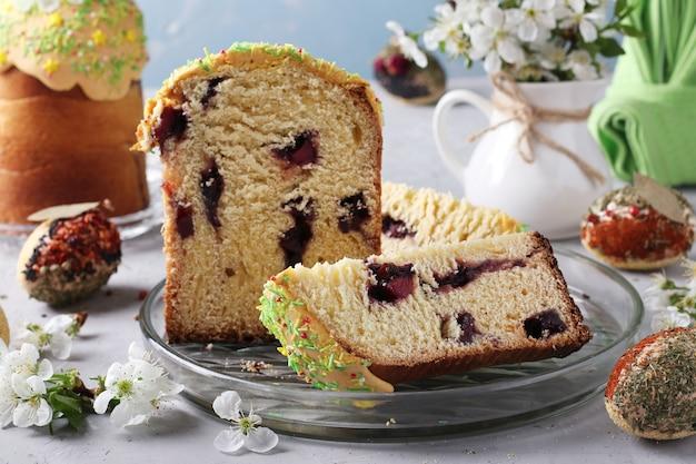 Torta di pasqua con una fessura e marmellata all'interno e uova di pasqua decorate con spezie e cereali, formato orizzontale, primo piano Foto Premium