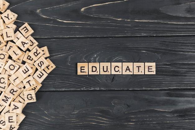 Educare la parola su fondo in legno Foto Premium