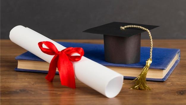 Assortimento del giorno dell'istruzione con tappo di laurea Foto Premium