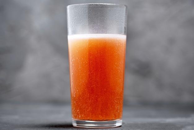 Compressa effervescente di bolle di vitamina c in un bicchiere d'acqua Foto Premium