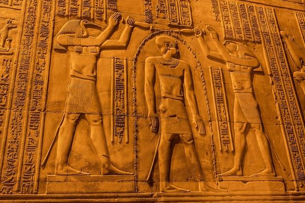 Disegni e geroglifici egiziani al tempio di kom ombo. nella città di kom ombo vicino ad aswer Foto Premium