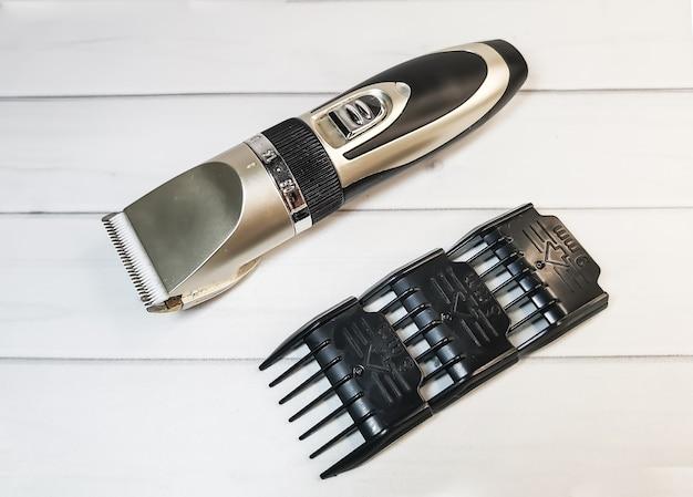 Clipper elettrico per animali domestici con ugelli in plastica e coltello in ceramica su bianco Foto Premium