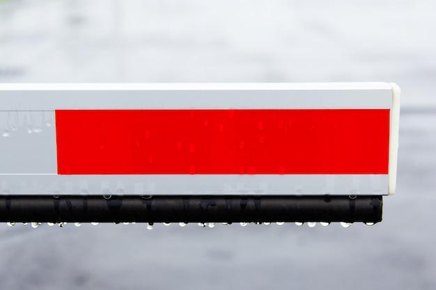 Elemento barriera nel parcheggio per la protezione in caso di pioggia. Foto Premium