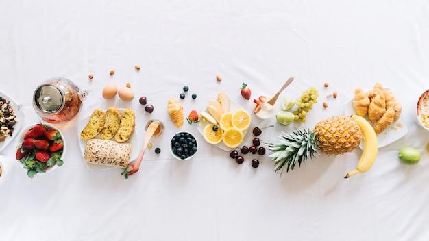 Vista elevata di una sana colazione su sfondo bianco Foto Premium