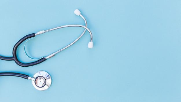 Una vista elevata di stetoscopio su sfondo blu Foto Premium