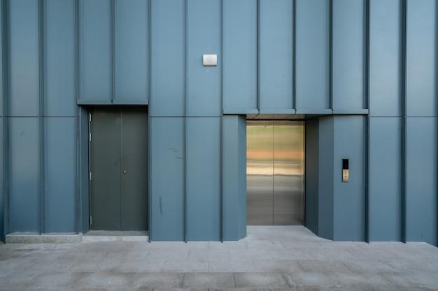 L'ingresso dell'ascensore si trova nel magazzino della fabbrica Foto Premium