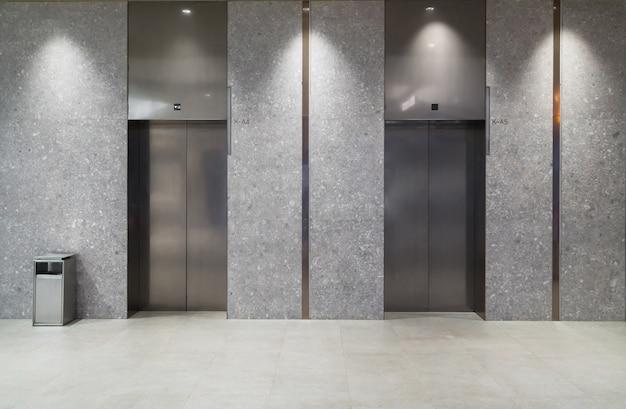L'ingresso dell'ascensore si trova nel centro commerciale Foto Premium