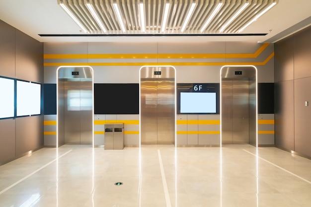 L'ingresso dell'ascensore è nel centro commerciale Foto Premium