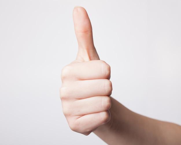 La mano di emale che mostra i pollici aumenta il gesto Foto Premium