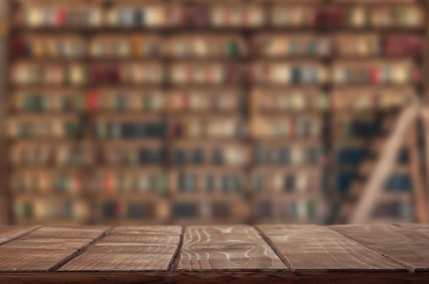 Scaffale vuoto (tavolo) in biblioteca Foto Premium