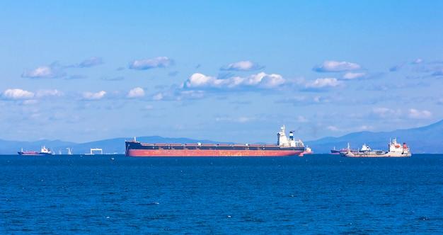 Nave mercantile contenitore vuoto in attesa a vladivostok, russia Foto Premium