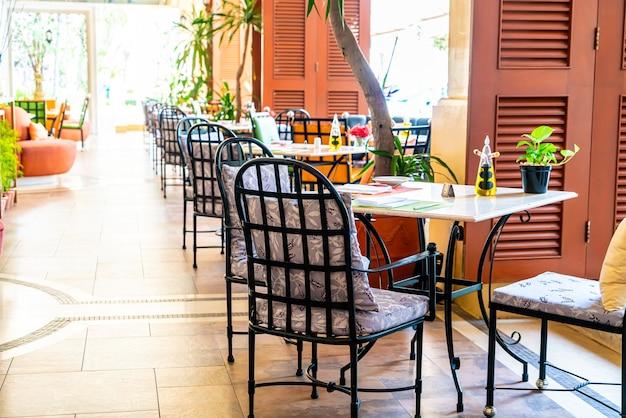Tavolo da pranzo vuoto nel ristorante Foto Premium