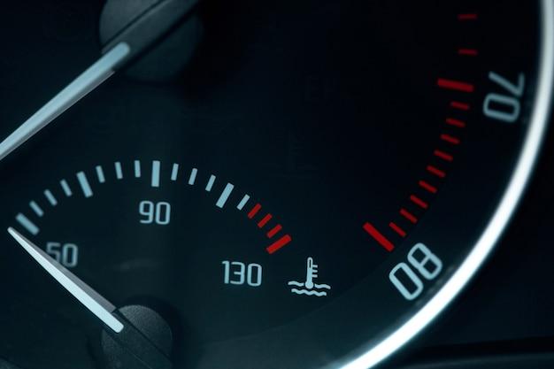 Indicatore di livello carburante vuoto spia nel cruscotto dell'auto Foto Premium