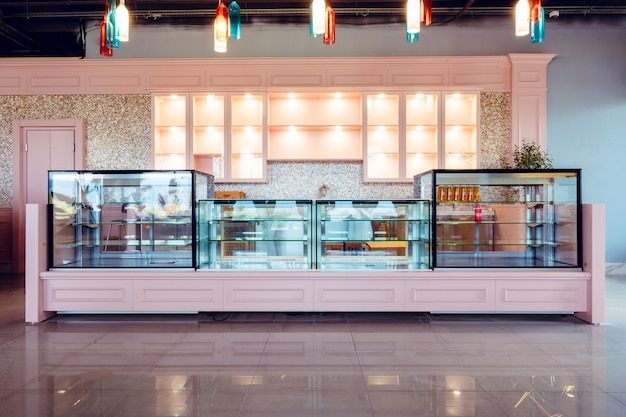 Vetrina di vetro vuota in un nuovo coffeeshop, nessuno Foto Premium