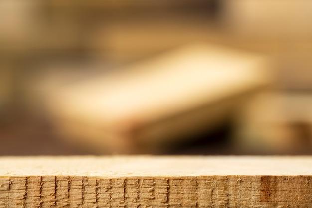 Tavolo in legno grezzo vuoto con scena sfocata per vetrina di prodotti con posto per testo o foto. Foto Premium