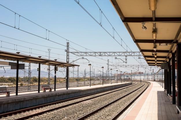 Stazione ferroviaria vuota in una giornata di sole Foto Premium