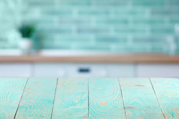 Svuoti la tavola di legno della piattaforma contro il fondo vago della parete interna del mattone per il prodotto attuale e altre cose, lo spazio della copia. può essere utilizzato per la tua creatività. Foto Premium