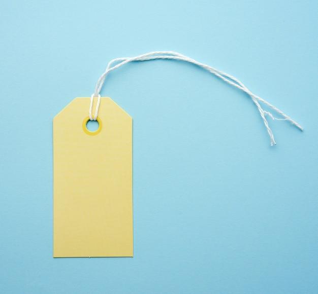 Etichetta di carta gialla vuota legata con corda bianca Foto Premium
