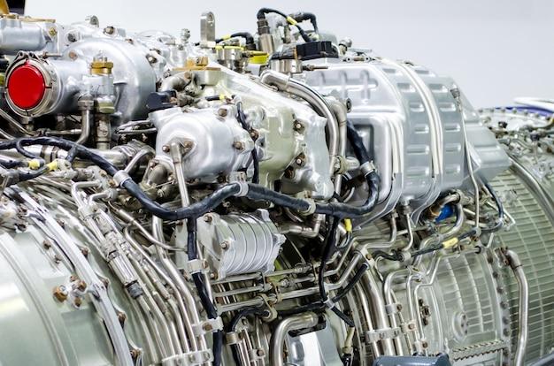 Primo piano del motore, metallo del tubo una costruzione di industria. Foto Premium