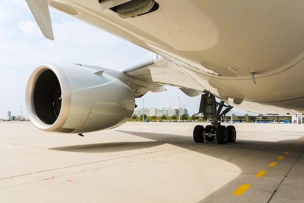 Motore del moderno aereo jet passeggeri. ventola rotante e pale della turbina. Foto Premium