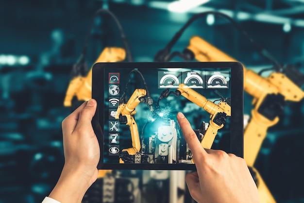 L'ingegnere controlla i bracci robotici mediante la tecnologia del settore della realtà aumentata Foto Premium