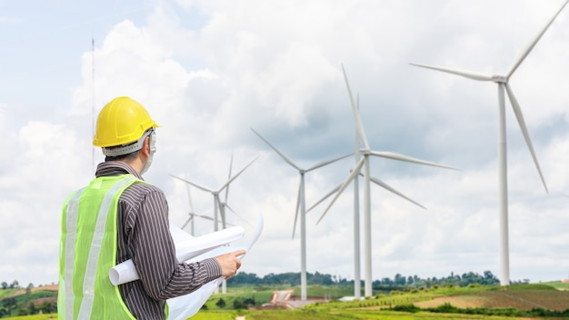 Operaio dell'ingegnere al cantiere della centrale elettrica della turbina di vento Foto Premium